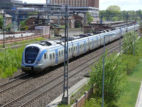 Genomtänkta lösningar krävs för att mildra störningar från tågtrafiken En studie vid Sahlgrenska akademin visar att det inte bara är bullernivån som avgör hur störande tågtrafiken upplevs, utan också till exempel vibrationer i marken och om balkongen eller uteplatsen vetter mot järnvägen.