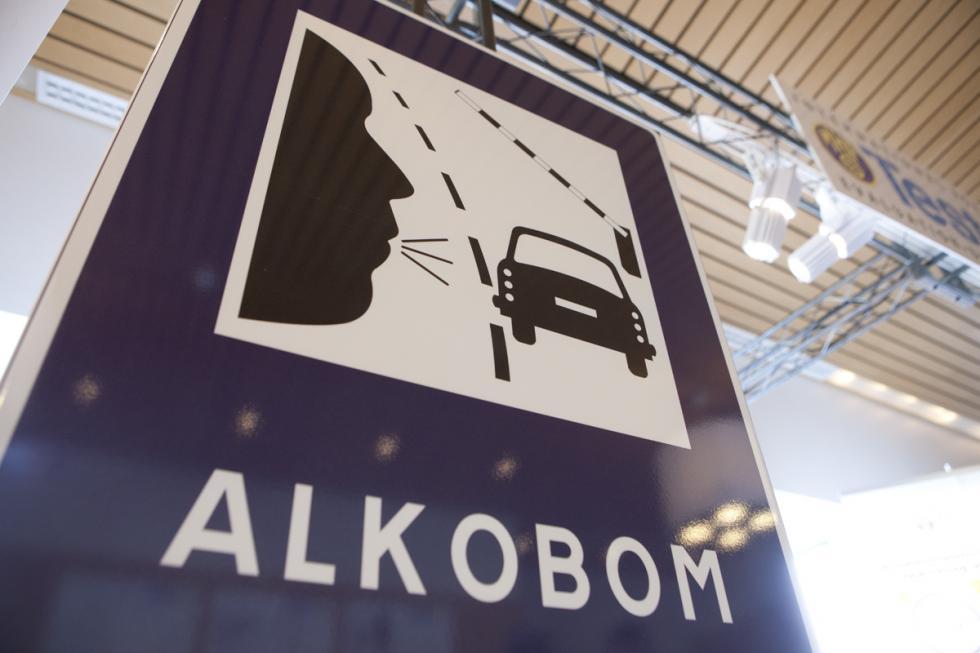 2012-12-12 - Vår kommun avslår förslag om alkobom i hamnen - Vi vill förbättra trafiksäkerheten i hela vår kommun. Ett problem är rattonykterhet. Vi menar att onyktra lastbilsförare från färjor är ett stort problem och att det hänt flera olyckor i vår kommun, där det framkommit att lastbilsförarna varit onyktra.